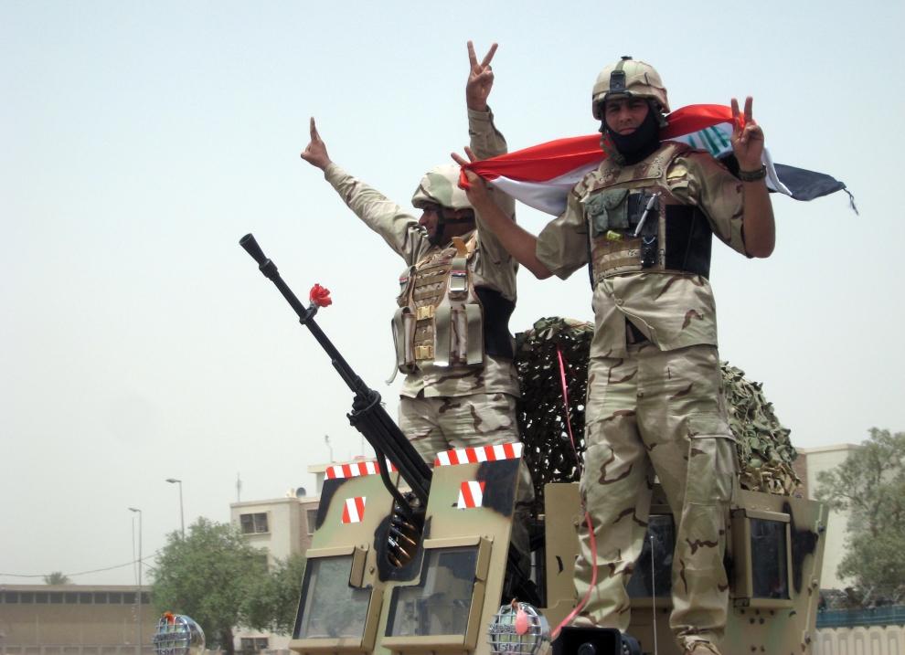 13. IRAK, Bagdad: Irakijscy żołnierze świętują wycofywanie się oddziałów amerykańskich z Iraku. AFP PHOTO / KHALIL AL-MURSHIDI