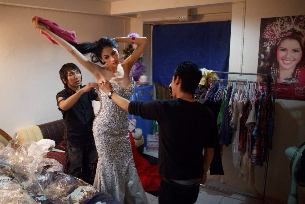 13. TAJLANDIA, Pattaya: Wirittorn Narapatarapimol (aka Belle) w towarzystwie swoich dwu stylistów. (Foto: Paula Bronstein/Getty Images)