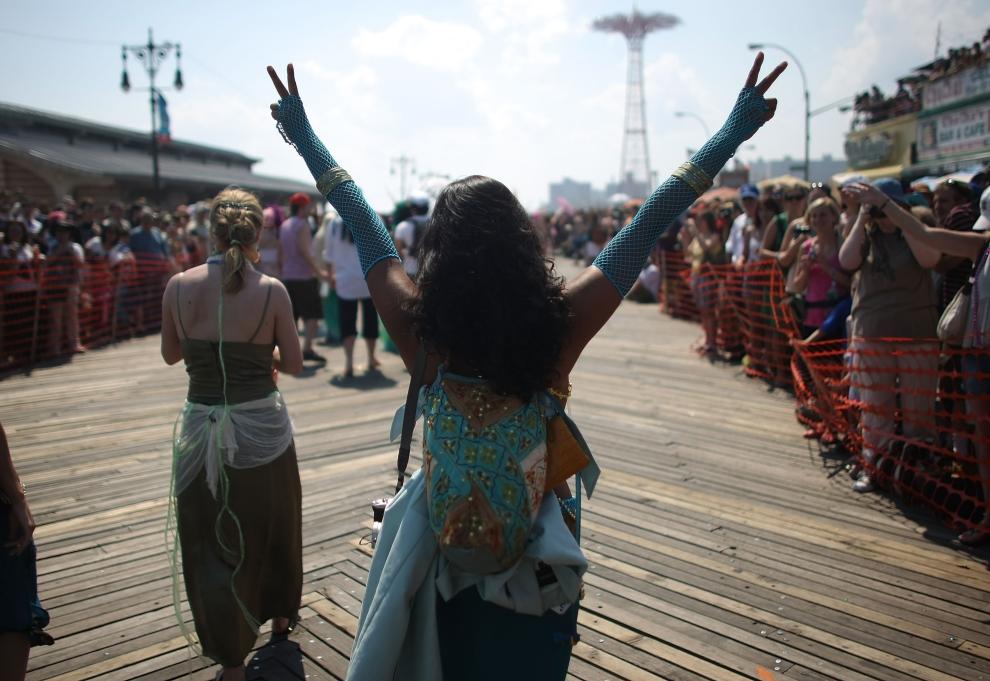 13. NOWY JORK, Brooklyn: Tańcząca uczestniczka Parady Syrenek. (Foto: Mario Tama/Getty Images)