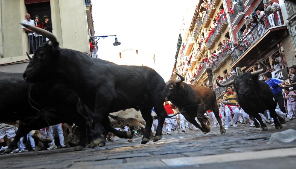 14. HISZPANIA, Pampeluna: Ostatnie byki podczas drugiego dnia uroczystości i poganiający je tłum. AFP PHOTO / JAVIER SORIANO