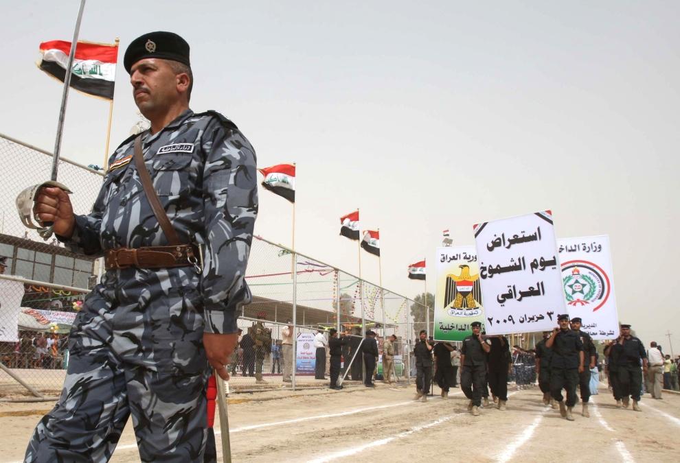 14. IRAK, Karbala: Żołnierze maszerują podczas uroczystości związanych z wycofywaniem się wojsk amerykańskich. AFP PHOTO / MOHAMMED SAWAF