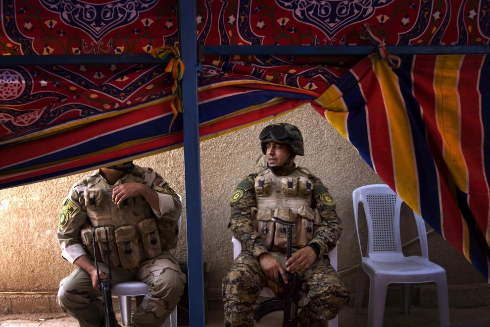 15. IRAK, Bagdad: Irakijscy żołnierze podczas oficjalnej uroczystości przekazania posterunku w mieście Sadr. AFP PHOTO/DAVID FURST