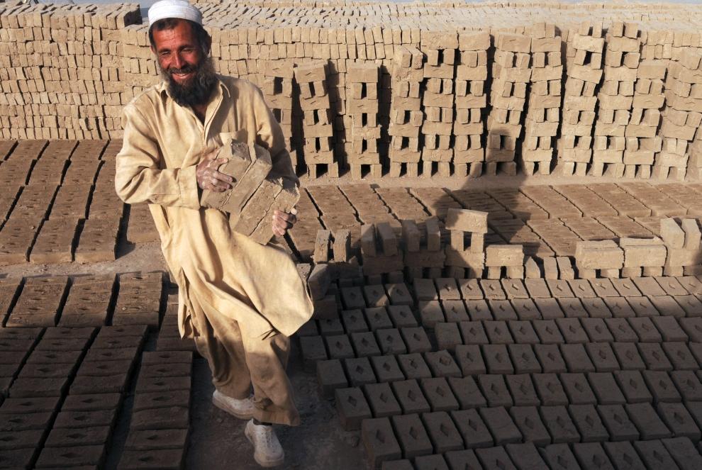 15. AFGANISTAN, Kabul: Salam Khan pracujący przy wyrobie cegieł. AFP PHOTO/Massoud HOSSAINI