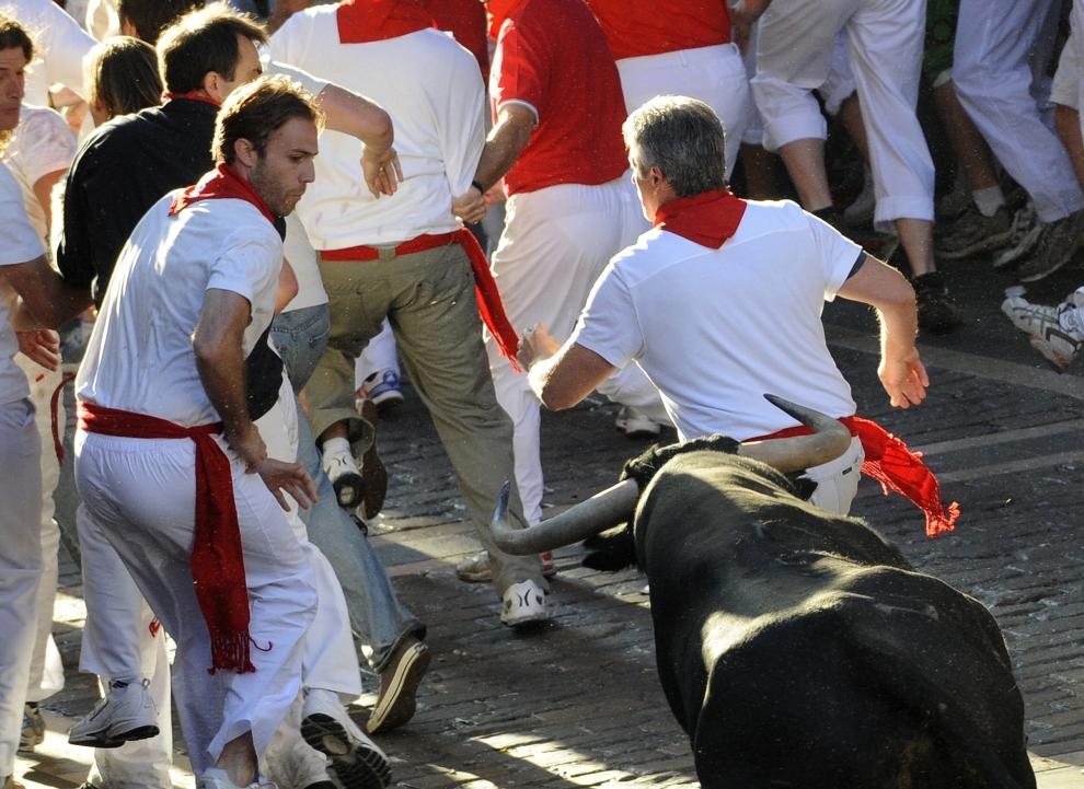 15. HISZPANIA, Pampeluna: Uciekający przed bykami uczestnicy biegu. AFP PHOTO / A. ARRIZURIETA