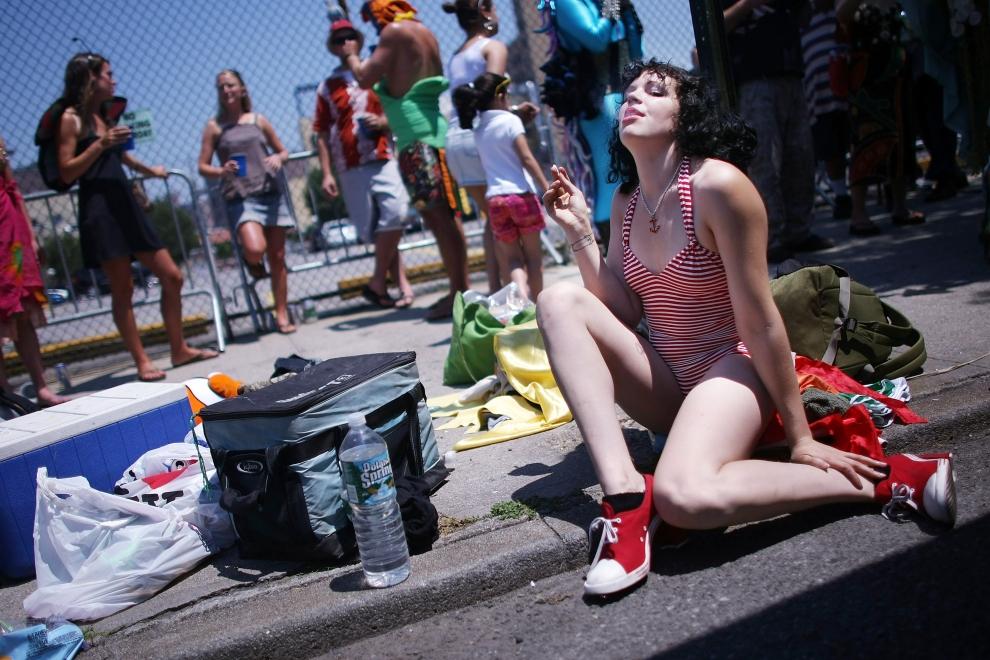 15. NOWY JORK, Brooklyn: Turystka oglądająca Paradę Syrenek. (Foto: Mario Tama/Getty Images)