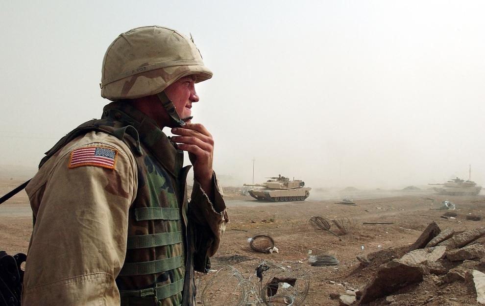16. IRAK, Falludża: Amerykański żołnierz obserwuje czołgi wycofujące się ze swoich pozycji na przedmieściach Falludży. (Foto: Wathiq Khuzaie/Getty Images)