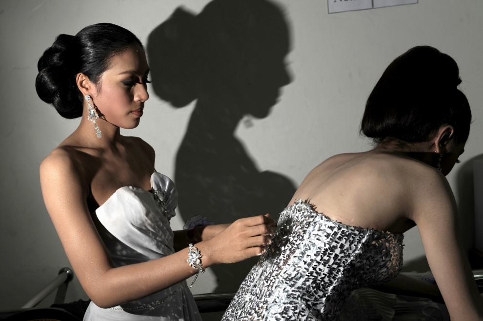 16. TAJLANDIA, Pattaya: Sorrawee Nattee przygotowująca się do wyjścia na scenę. AFP PHOTO / NICOLAS ASFOURI