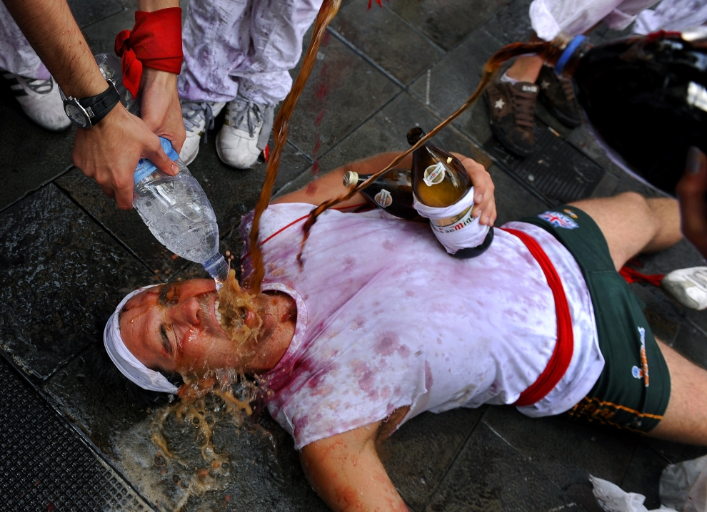 16. HISZPANIA, Pampeluna: Turysta pijący podczas obchodów dni św. Fermina. AFP PHOTO/Pedro ARMESTRE