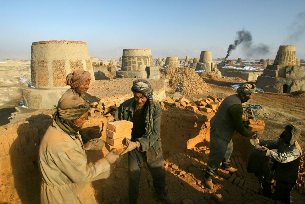 16. AFGANISTAN, Kabul: Rozładowywanie pieca do wypalania cegieł. (Photo by Paula Bronstein/Getty Images)