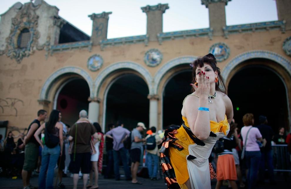 16. NOWY JORK, Brooklyn: Ilise Carter przesyła pocałunki uczestnikom Parady Syrenek. (Foto: Mario Tama/Getty Images)