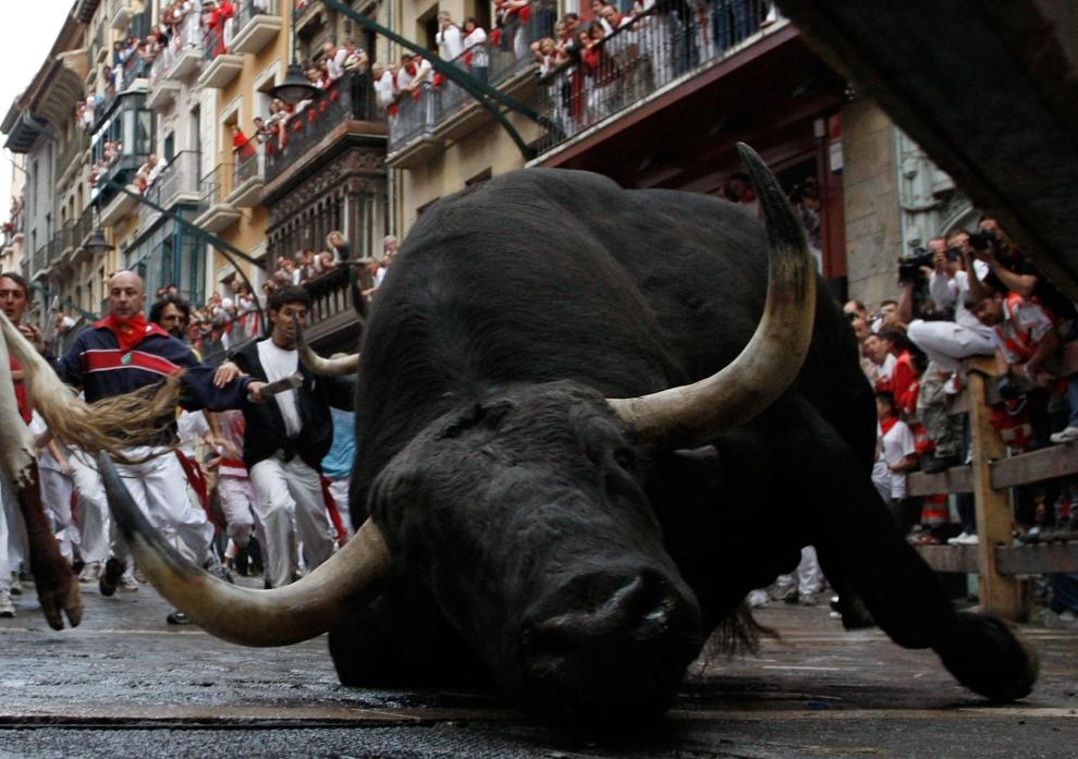 1. HISZPANIA, Pampeluna: Upadający byk na rogu ulicy Estafeta, która przepędzane jest stado. (Foto: Denis Doyle/Getty Images)