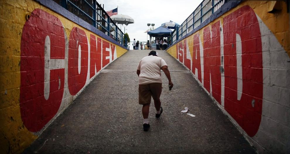1. NOWY JORK, Brooklyn: Mężczyzna wchodzi na rampę w parku rozrywki na Coney Island. (Foto: Mario Tama/Getty Images)