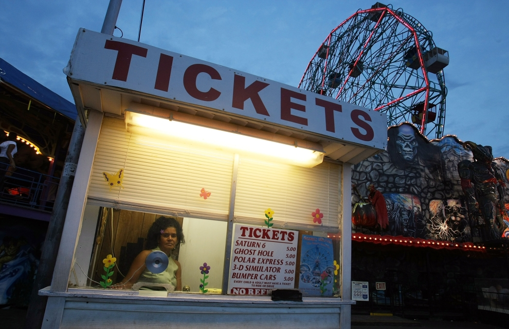 17. NOWY JORK, Brooklyn: Bileterka przy jednej z karuzeli na Coney Island. (Foto: Mario Tama/Getty Images)