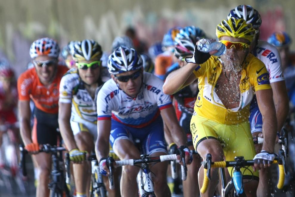 19. FRANCJA, Tarbes: Rinaldo Nocentini w żółtej koszulce lidera klasyfikacji generalnej podczas dziewiątego etapu (160 km) Tour de France. AFP PHOTO JOEL SAGET