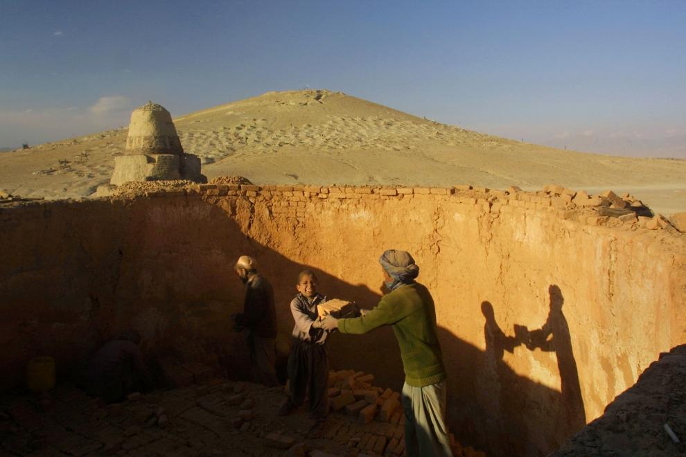 17. AFGANISTAN, Kabul: Zbieranie wypalonych cegieł. (Foto: Paula Bronstein/Getty Images)