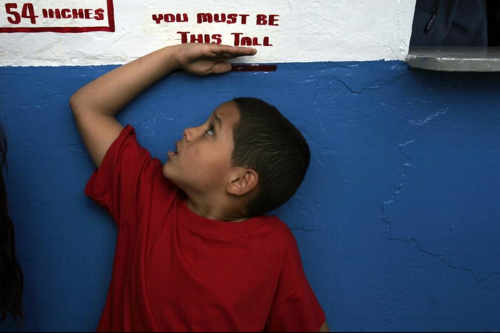 18. NOWY JORK, Brooklyn: Ośmioletni Nelson Rios, sprawdza, czy jest dość wysoki, aby wsiąść do rollercoastera. (Foto: Michael Nagle/Getty Images)