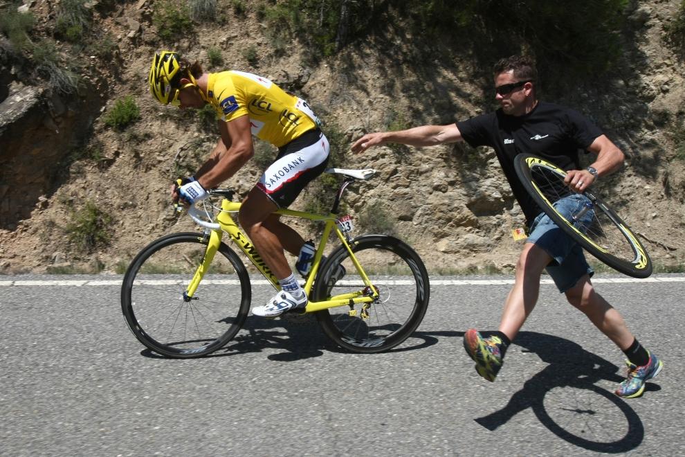 20. ANDORA: Fabian Cancellara (Szwajcaria) doganiany przez członka swojej ekipy serwisowej. TOPSHOTS/AFP PHOTO JOEL SAGET