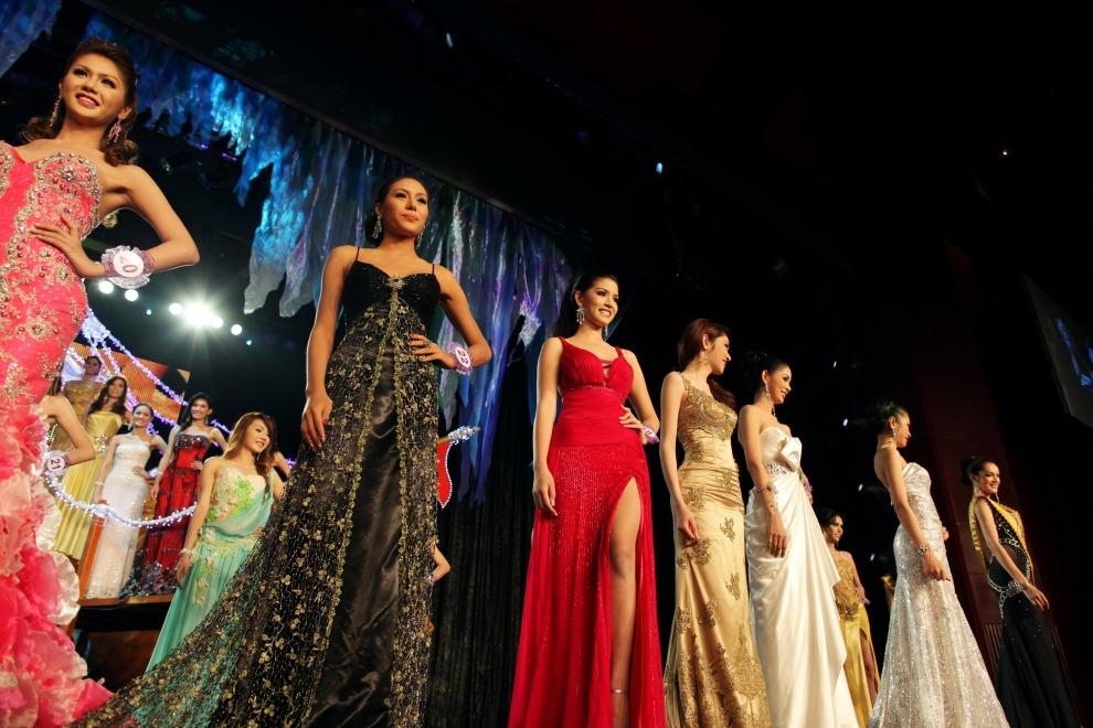 18. TAJLANDIA, Pattaya: Uczestniczki konkursu prezentują stroje wieczorowe. Foto: Paula Bronstein/Getty Images)