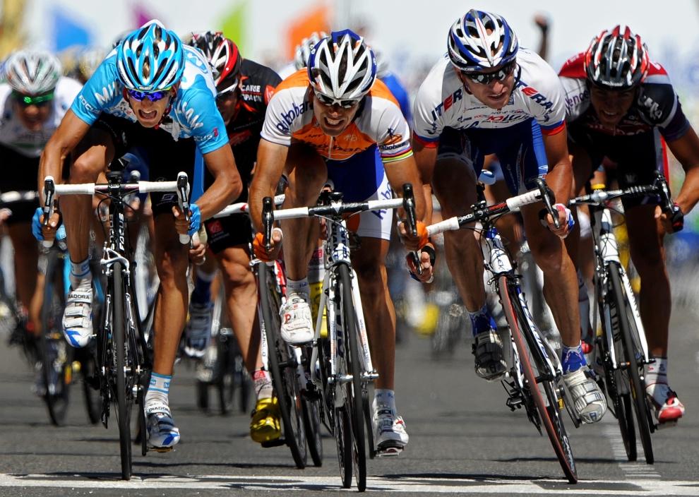 1. FRANCJA, Tarbes: Sprint w wykonaniu Oscar'a Freire (Hiszpania),  Siergieja Iwanowa (Rosja) oraz Peter'a Velits'a (Słowacja), podczas dziwiątego etapu wyścigu. (Foto: Jasper Juinen/Getty Images)