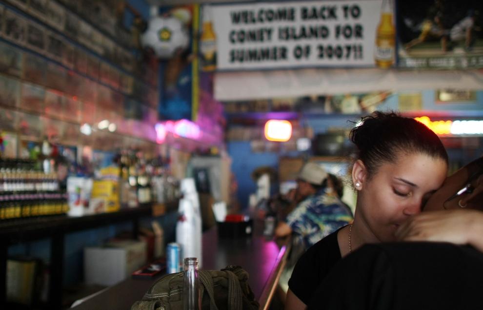 19. NOWY JORK, Brooklyn: Charina Sanz całuje swojego chłopaka, William'a Avilez'a w jednym z barów na Coney Island. (Foto: Mario Tama/Getty Images)