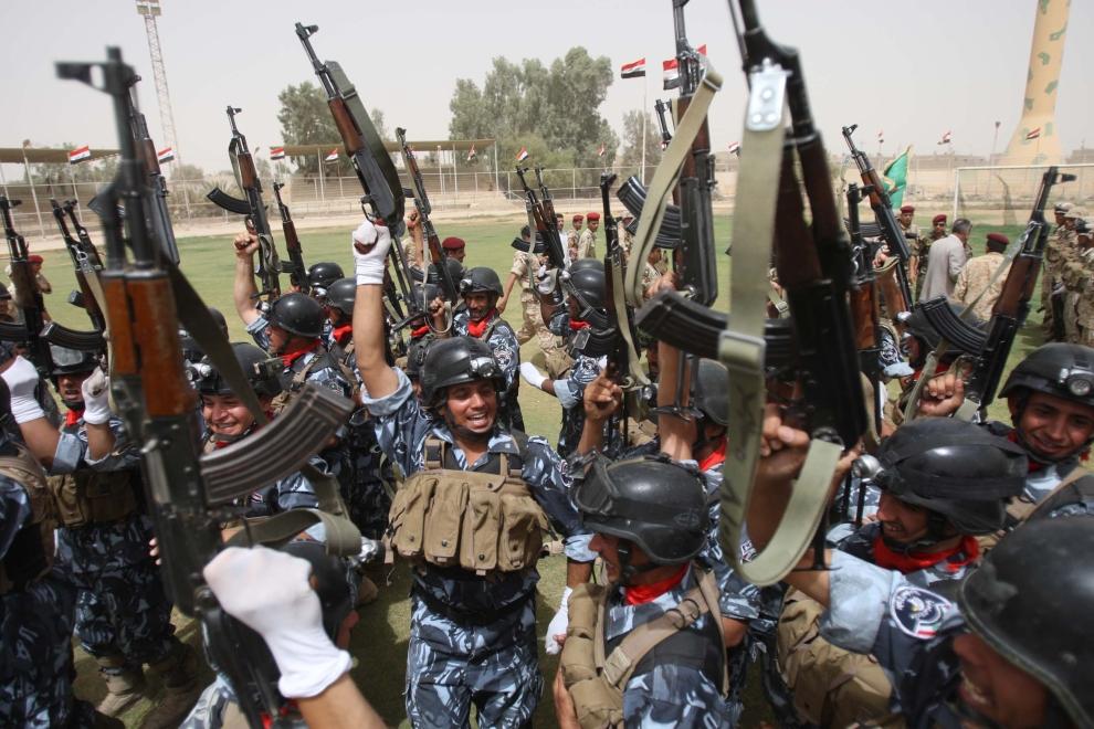 19. IRAK, Karbala: Żołnierze świętują podczas parady upamiętniającej wycofywanie się wojsk amerykańskich. AFP PHOTO / MOHAMMED SAWAF