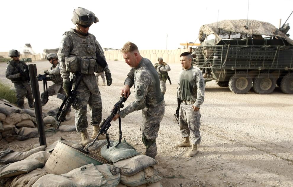 20. IRAK, Bakuba: Amerykański żołnierz sprawdza, czy jego karabin został rozładowany. AFP PHOTO / AHMAD AL-RUBAYE