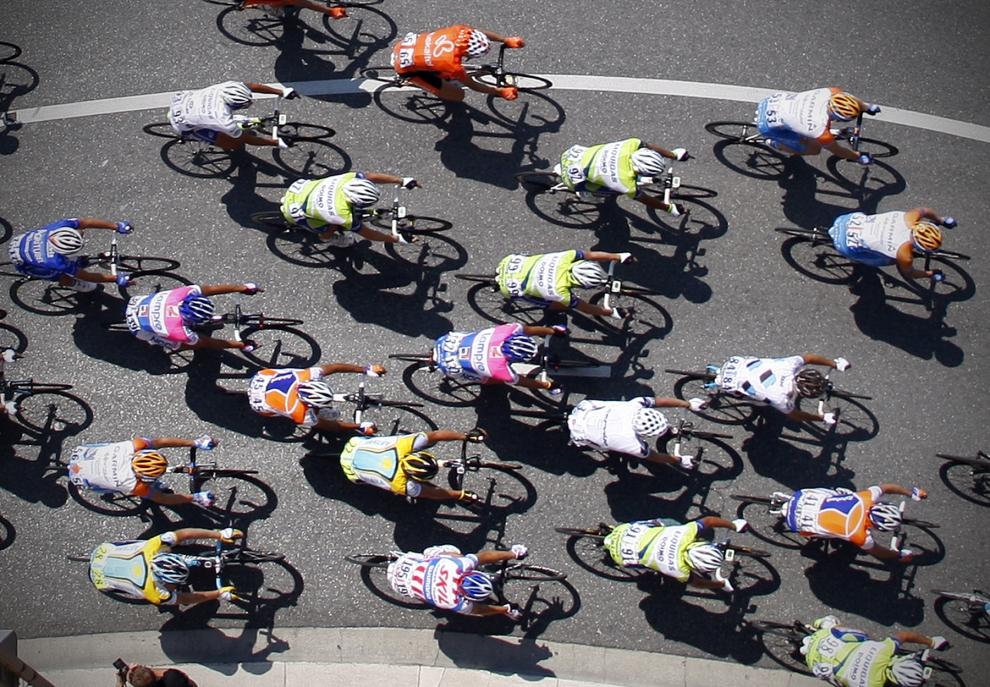 """22. FRANCJA, Nicea: Peleton jadący przez """"Promenade des Anglais"""" w Nicei, podczas drugiego etapu wyścigu. AFP PHOTO VALERY HACHE"""