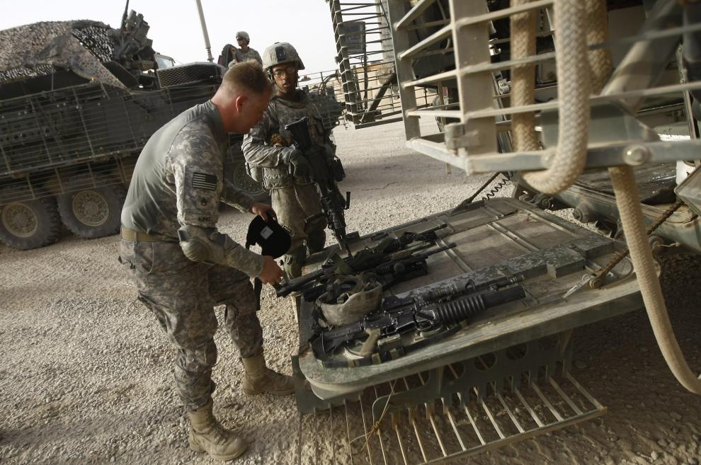 21. IRAK, Bakuba: Żołnierz sprawdza ekwipunek przed rozpoczęciem ostatniej misji na przedmieściach Bagdadu. AFP PHOTO/AHMAD AL-RUBAY