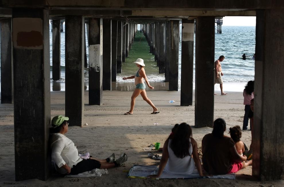 21. NOWY JORK, Brooklyn: Turyści odpoczywający pod molo na Coney Island. (Foto: Mario Tama/Getty Images)