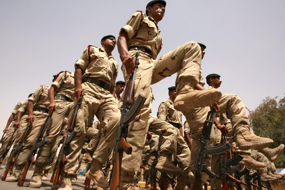 2. IRAK, Bagdad: Irakijscy żołnierze maszerują podczas parady odbywającej się nieopodal byłego Ministerstwa Obrony. AFP PHOTO / ALI AL-SAADI