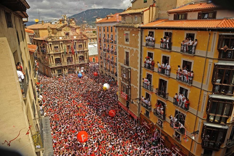 2. HISZPANIA, Pampeluna: Tłum uczestników świętuje uroczystości ku czci św. Fermina. AFP PHOTO/Pedro ARMESTRE