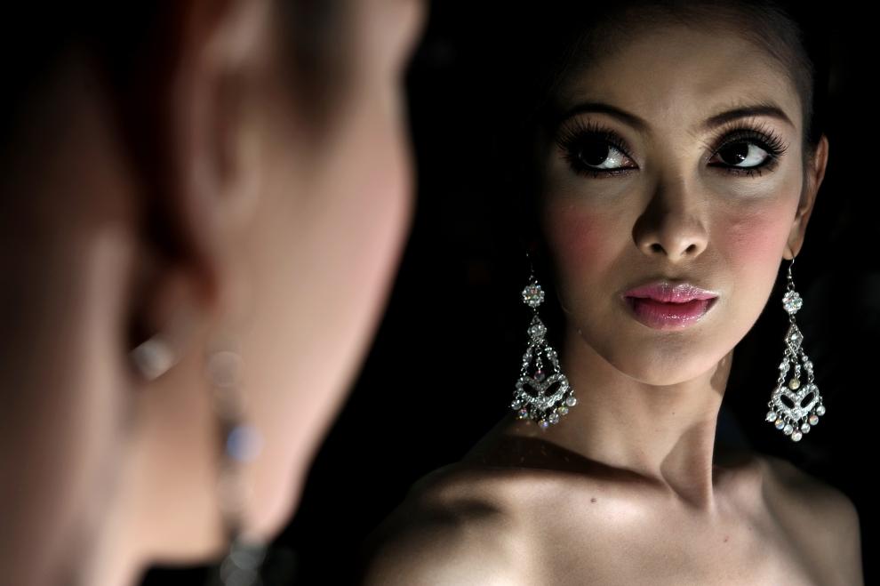 "2. TAJLANDIA, Pattaya: Sesja fotograficzna za kulisami konkursu ""Miss Tifffany Universe 2009"". AFP PHOTO / NICOLAS ASFOURI"