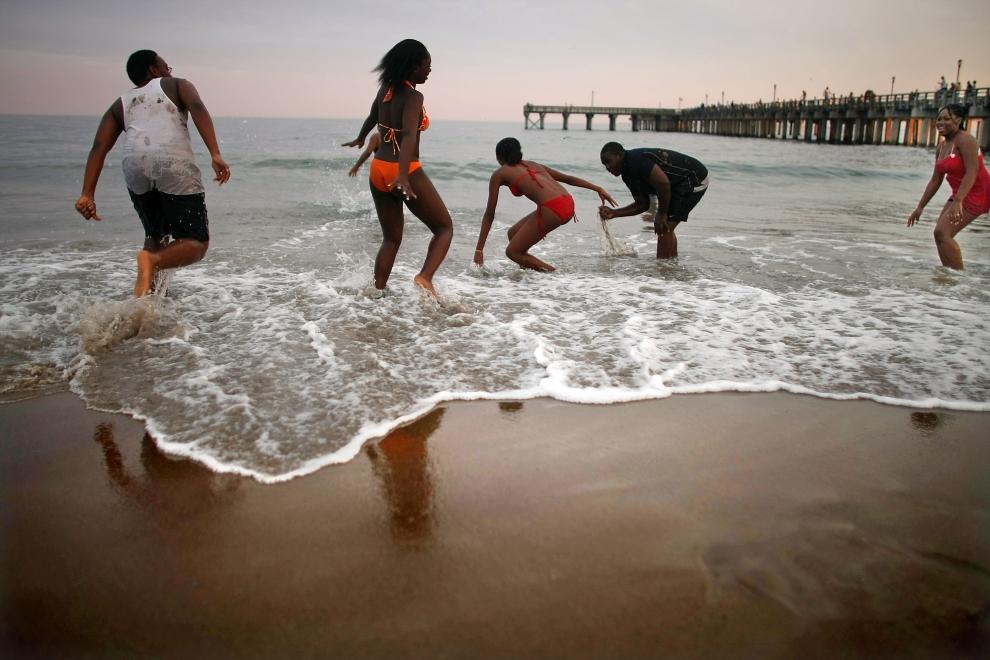 22. NOWY JORK, Brooklyn: Dzieci bawiące się na plaży Coney Island. (Foto: Mario Tama/Getty Images)