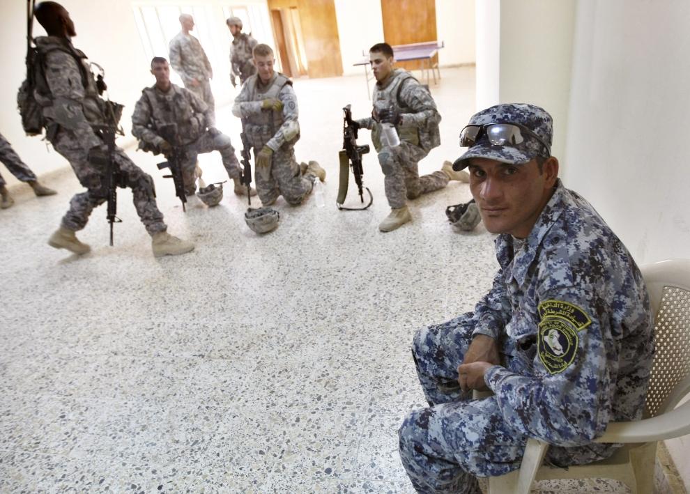 23. IRAK, Bakuba: Odpoczynek podczas przekazywania posterunku wojskowego w mieście Bakuba. AFP PHOTO / AHMAD AL-RUBAYE