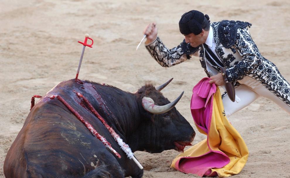 25. HISZPANIA, Pampeluna: Matador zadający bykowi ostatni, śmiertelny cios. (Foto: Ander Gillenea/Getty Images)