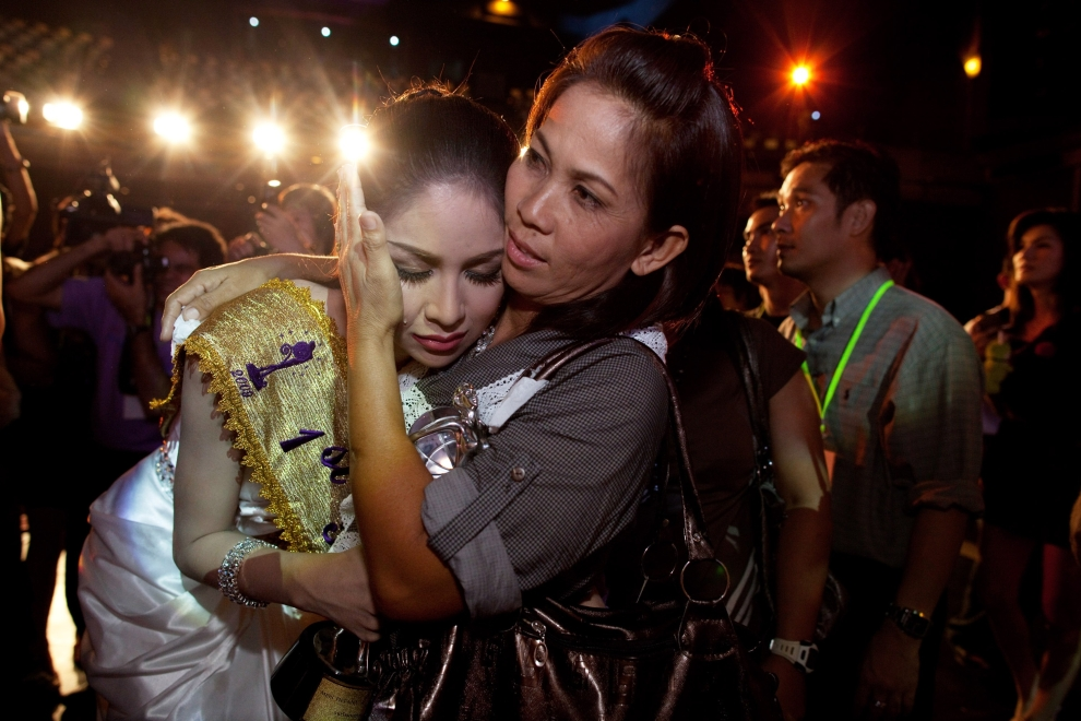 """25. TAJLANDIA, Pattaya: Wirittorn Narapatarapimol płacze, po przegranej w wyścigu o tytuł """"Miss Tifffany Universe 2009"""". (Foto: Paula Bronstein/Getty Images)"""