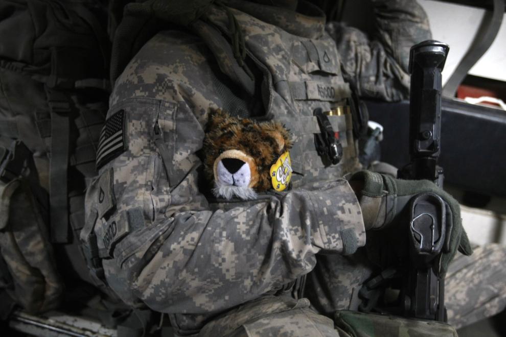 26. IRAK, Bakuba: Amerykański żołnierz z maskotką, jakie zostaną przekazane dzieciom podczas ostatniego patrolu. AFP PHOTO / AHMAD AL-RUBAYE