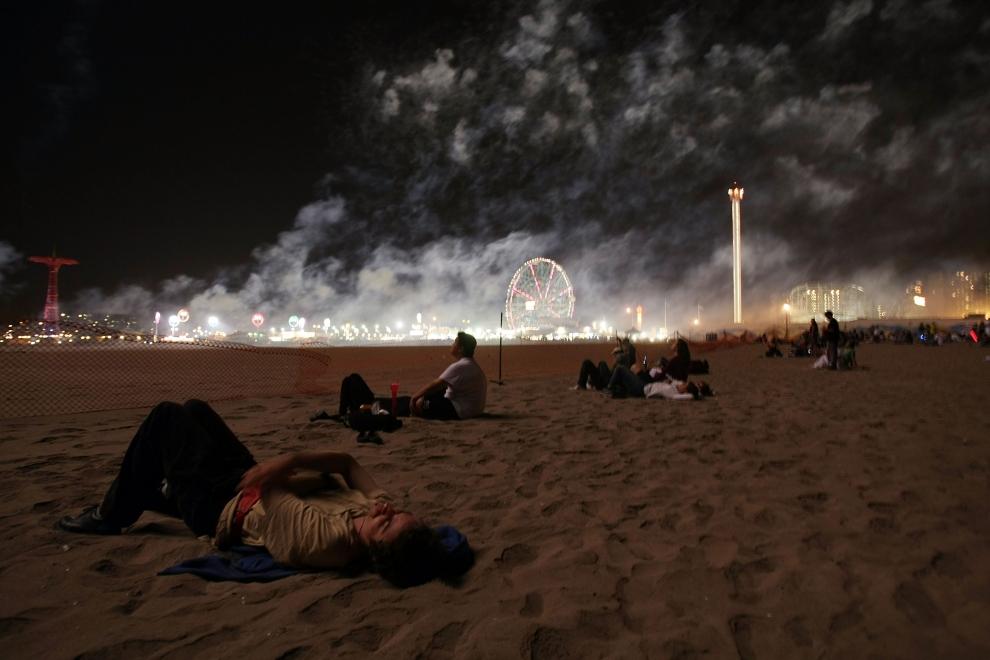 26. NOWY JORK, Brooklyn: Obserwujący ostatni pokaz sztucznych ogni na Coney Island. (Foto: Mario Tama/Getty Images)