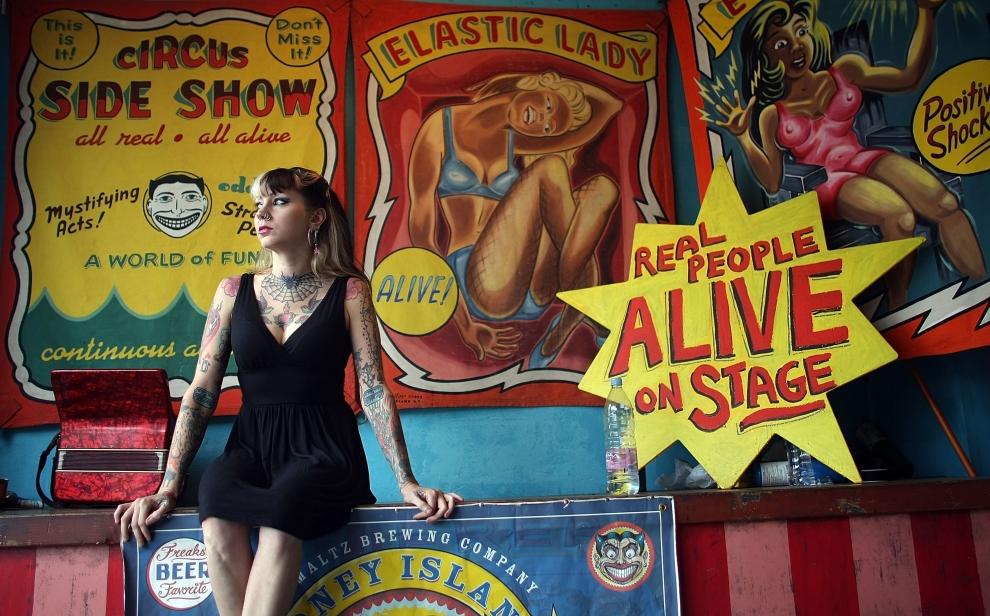 2. NOWY JORK, Brooklyn: Kendra Zimmerman siedzi obok plakatów reklamowych parku rozrywki. (Foto: Mario Tama/Getty Images)