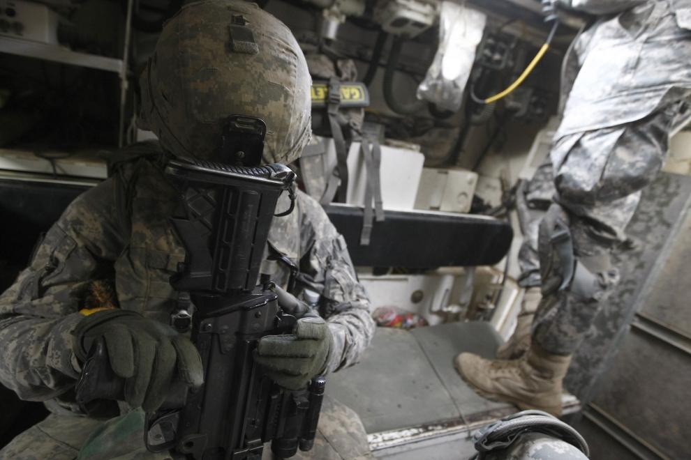 27. IRAK, Bakuba: Amerykański żołnierz wspiera głowę na kolbie karabinu podczas opuszczania bazy w mieście Bakuba. AFP PHOTO / AHMAD AL-RUBAYE