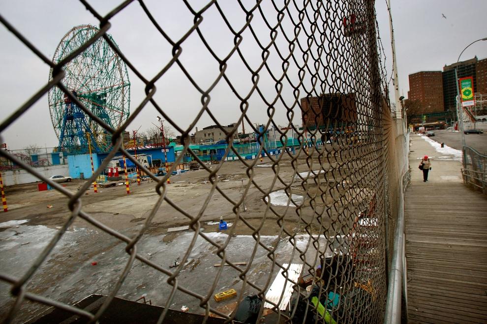 27. NOWY JORK, Brooklyn, 2009 rok: Pozostałości parku rozrywki na Coney Island. (Foto: Mario Tama/Getty Images)