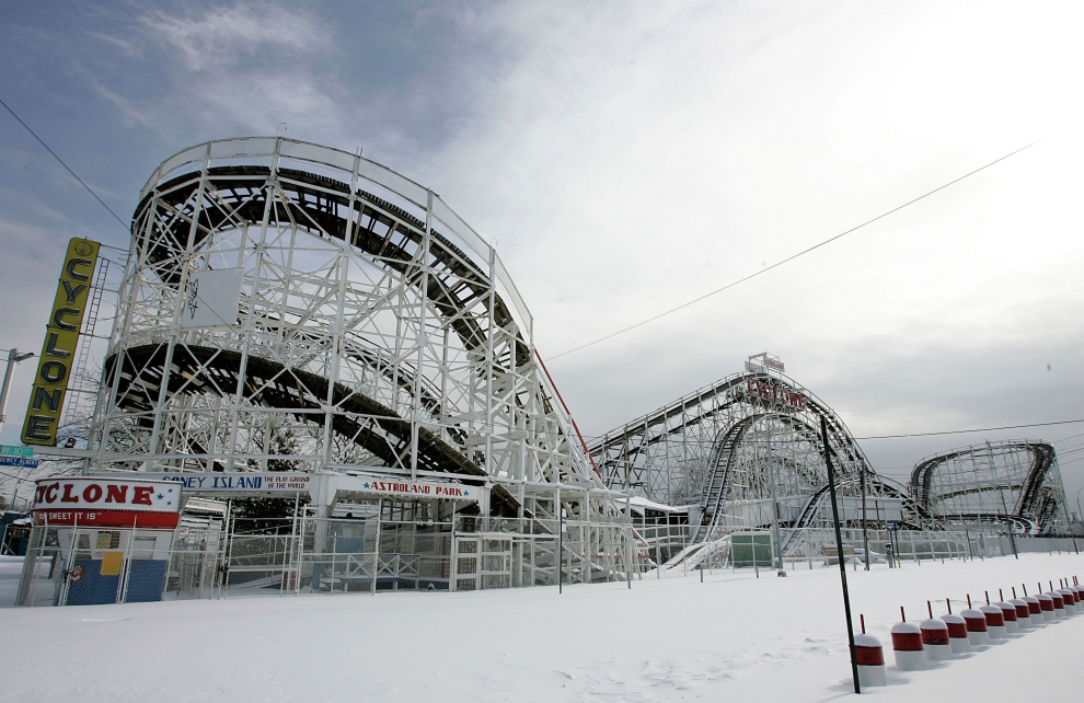 "29. NOWY JORK, Brooklyn: Rollercoaster ""The Cyclone"" przykryty śniegiem. (Foto: Stephen Chernin/Getty Images)"