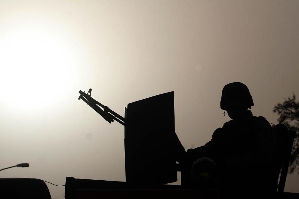 30. IRAK, Basra: Iracki żołnierz na przejętym posterunku na południu Basry. AFP PHOTO / ESSAM AL-SUDANI