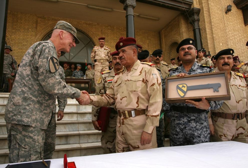 3. IRAK, Bagdad: Genrał Daniel Bolger, dowódca sił amerykańskich, ściska dłoń generałowi Abud Qambar'owi. AFP PHOTO / ALI AL-SAADI