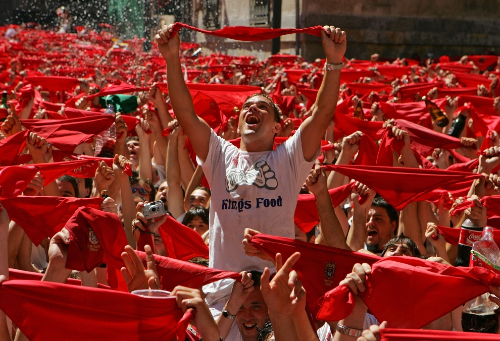 3. HISZPANIA, Pampeluna: Machający czerwonymi chusteczkami tłum, podczas pierwszego dnia uroczystości. (Foto: Denis Doyle/Getty Images)