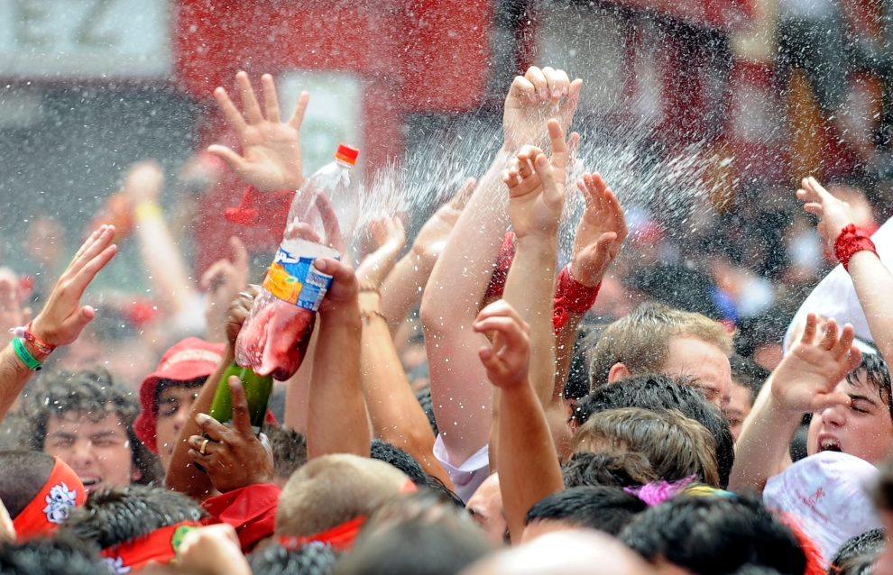 4. HISZPANIA, Pampeluna: Ludzie świętujący przed ratuszem w Pampelunie. AFP PHOTO / JAVIER SORIANO