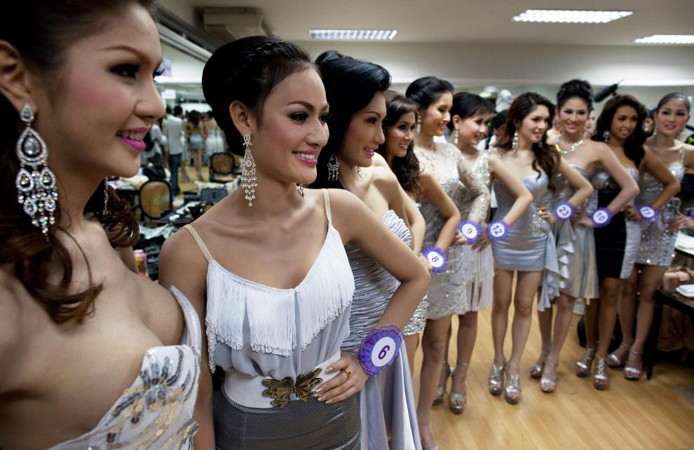 """4. TAJLANDIA, Pattaya: Uczestniczki wyborów """"Miss Tifffany Universe 2009"""" pozują do grupowej fotografii. (Foto: Paula Bronstein/Getty Images)"""