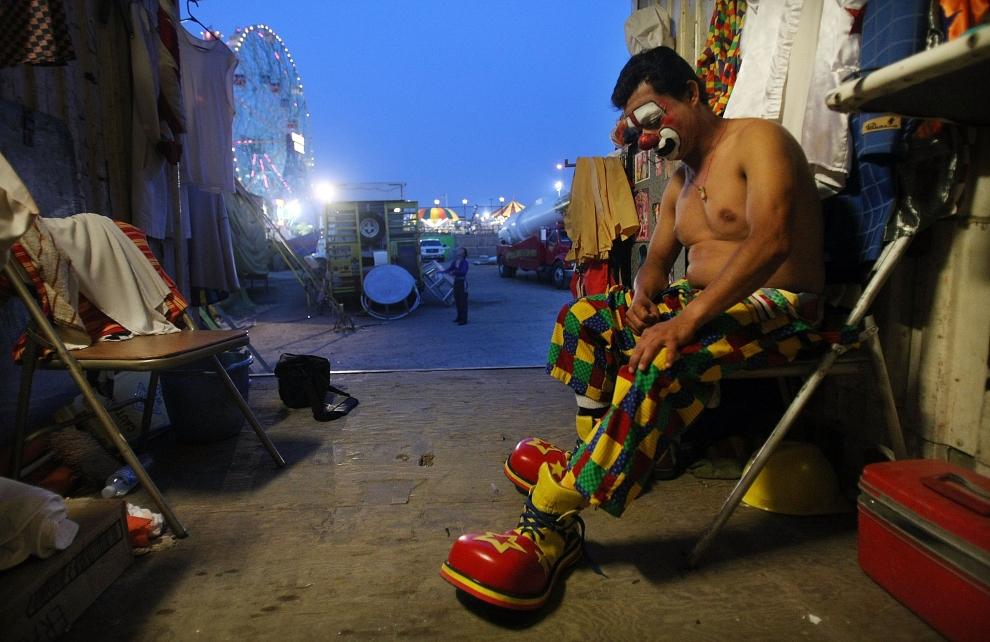 4. NOWY JORK, Brooklyn: Klaun Perronito przygotowuje się do występu w Cyrku Braci Cole na Coney Island. (Foto: Mario Tama/Getty Images)