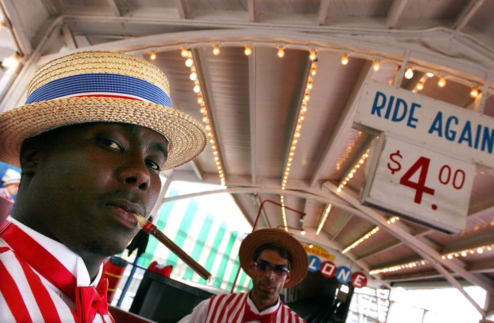 """5. NOWY JORK, Brooklyn: Bileterzy stojący przy wejściu do jednego z najsłynniejszych rollercoasterów – """"The Cyclone"""" (ang. cyklon). (Foto: Spencer Platt/Getty Images)"""