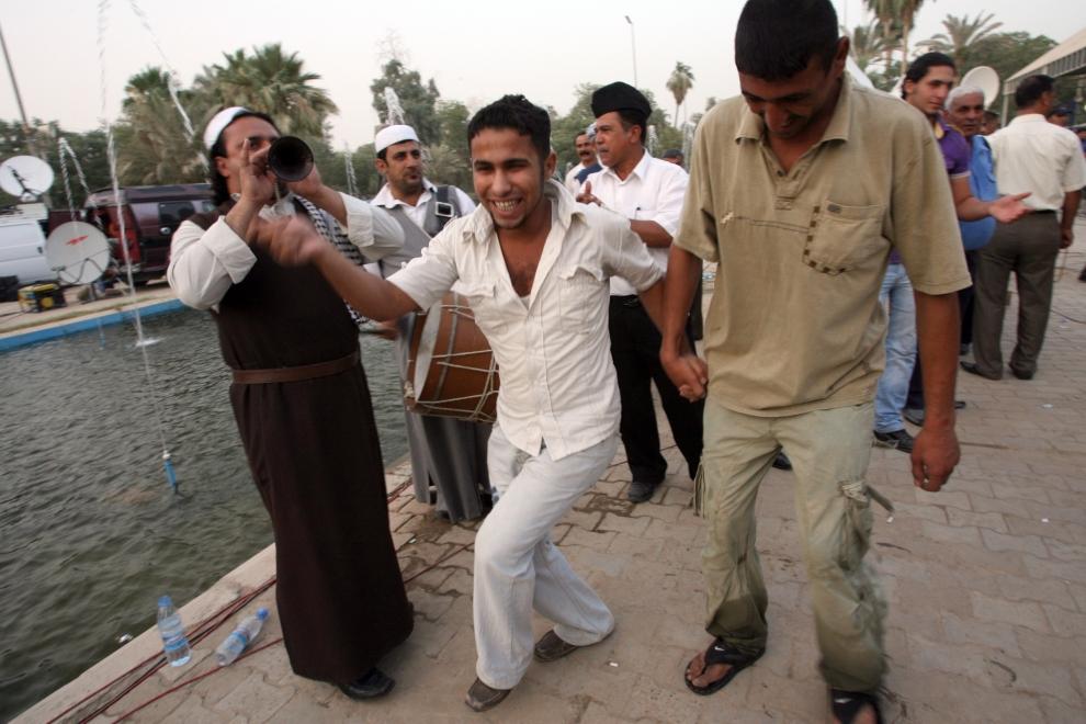 5. IRAK, Bagdad: Irakijczycy tańczący tradycyjny taniec Dabkeh podczas uroczystości z okazji wycofywania się wojsk amerykańskich. AFP PHOTO / ALI AL-SAADI